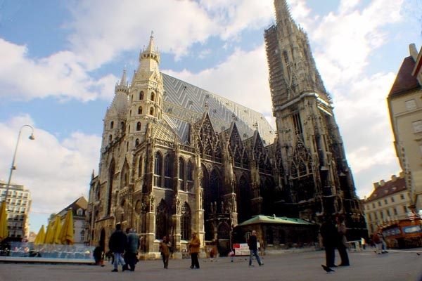 Send picture of Stephansdom in Vienna from Austria as a free postcard