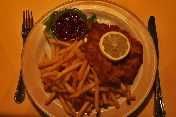 Spedire foto di Wiener schnitzel with french fries di Austria come cartolina postale elettronica