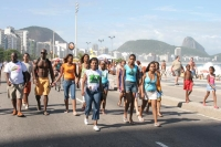 Foto van People walking by one of the beaches of Rio de Janeiro - Brazil