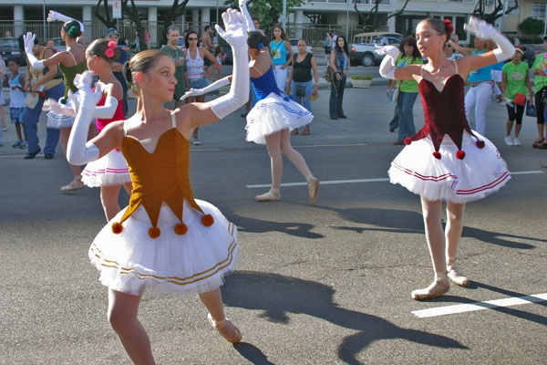 Send picture of Dancers performing in the streets of Rio de Janeiro from Brazil as a free postcard
