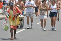 Foto van Man selling soft drinks around the beaches of Rio de Janeiro - Brazil