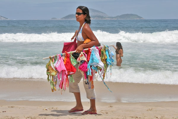 Envoyer photo de Woman selling bikinis on Ipanema beach de le Brésil comme carte postale électronique
