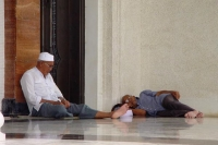 Foto van Men resting in a mosque in Brunei - Brunei