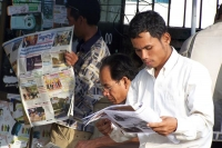Foto de Cambodian men reading the local newspaper - Cambodia