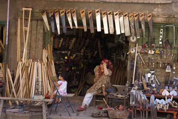 Spedire foto di Shop selling utensils and saws in Kashgar di Cina come cartolina postale elettronica