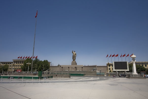 Send picture of Statue of Mao Zedong on square in Kashgar from China as a free postcard