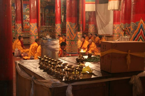 Enviar foto de Monks praying at Tagong monastery de China como tarjeta postal eletr&oacute;nica