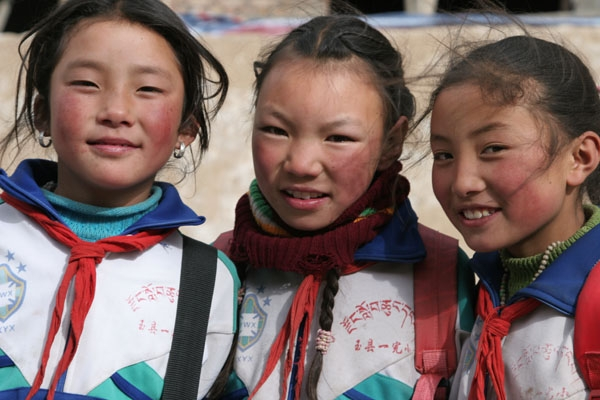 Send picture of Tibetan school girls from China as a free postcard