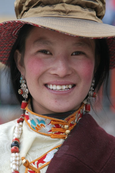 Stuur foto van Colorful and smiling woman from Jyekundo town in Tibet van China als een gratis kaart