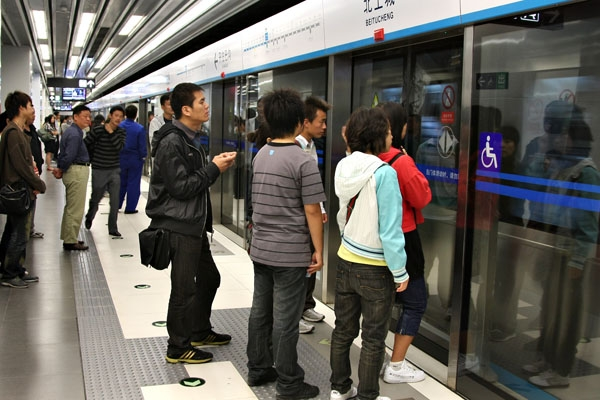 Spedire foto di People waiting for the metro in Peking di Cina come cartolina postale elettronica