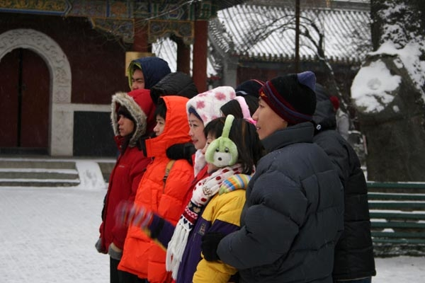 Send picture of People wearing winter clothes in Peking from China as a free postcard