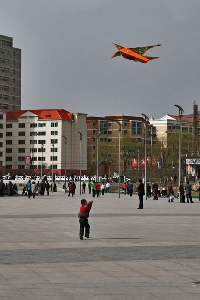 Stuur foto van Boy flying a kite in Xining van China als een gratis kaart