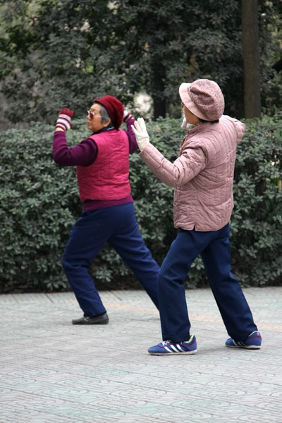 Stuur foto van Chinese women practicing dance steps in the People's Park in Chengdu van China als een gratis kaart