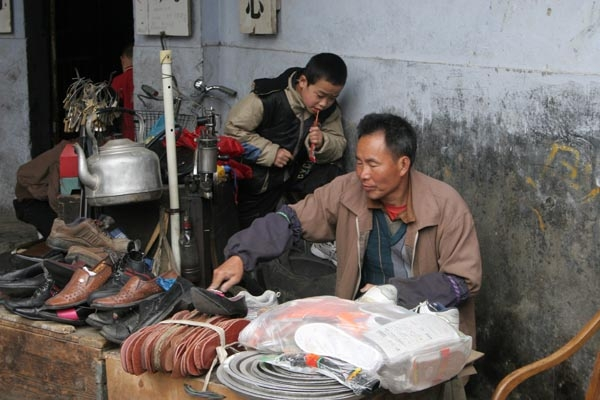 Send picture of Shoemaker in Kangding from China as a free postcard