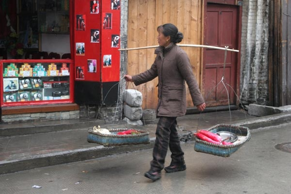Spedire foto di Woman selling vegetables in Kangding di Cina come cartolina postale elettronica