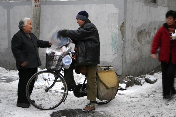 Send picture of Man selling newspapers from his bicycle in Shanghai from China as a free postcard