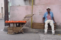 Photo de Man selling tomatoes in the street in Havana - Cuba