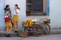 Foto di Cuban girls chatting in the streets - Cuba