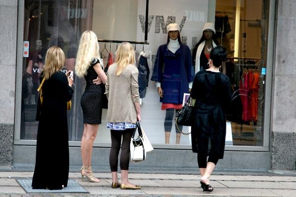 Enviar foto de Women window shopping in Copenhagen de Dinamarca como tarjeta postal eletrónica