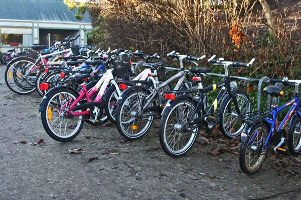 Envoyer photo de Bicycle parking at a Danish school de le Danemark comme carte postale électronique