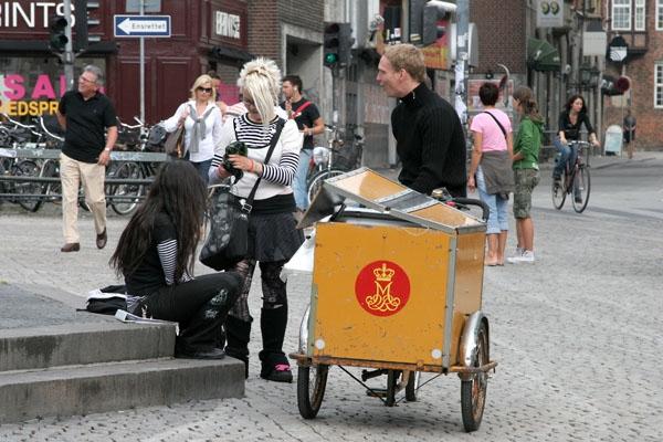 Spedire foto di Young people hanging out in downtown Copenhagen di Danimarca come cartolina postale elettronica
