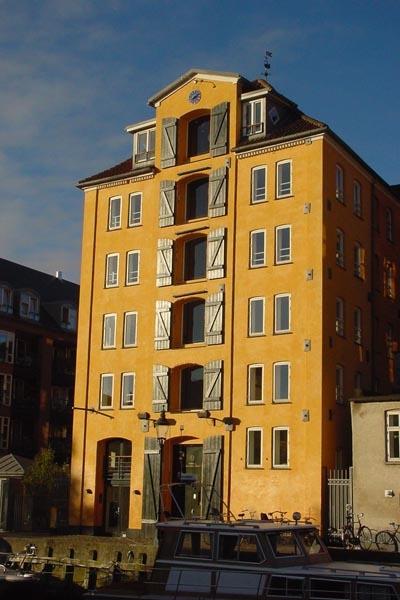 Stuur foto van House by a Copenhagen canal van Denemarken als een gratis kaart