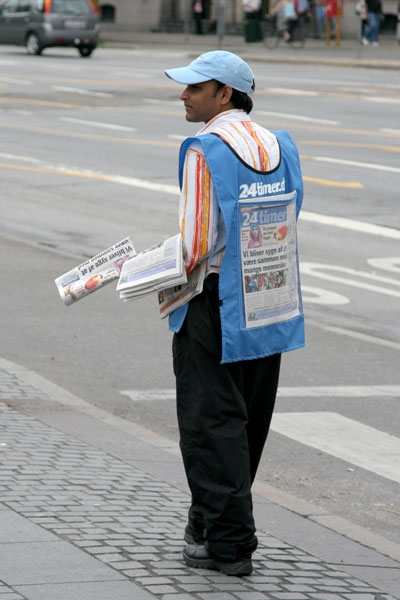 Spedire foto di Handing out free newspapers in Copenhagen di Danimarca come cartolina postale elettronica