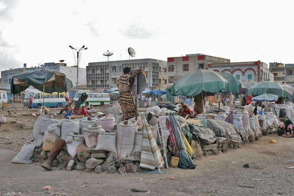 Envoyer photo de Setting up market stalls on Arthur Rimbaud square de Djibouti comme carte postale électronique
