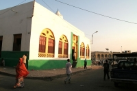 Foto van Mosque and people in Djibouti town - Djibouti