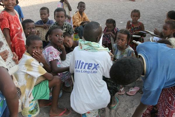 Envoyer photo de Boys and girls in Koran school in Tadjoura de Djibouti comme carte postale électronique