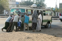 Foto van Men pushing a Djiboutian public bus - Djibouti