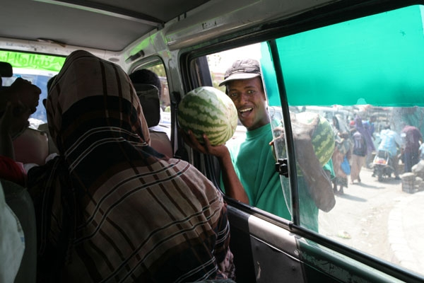 Enviar foto de Watermelon vendor in Djibouti de Yibuti como tarjeta postal eletr&oacute;nica