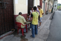 Photo de Men playing a board game in the streets of Santo Domingo - Dominican Republic