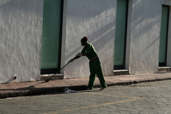 Enviar foto de Woman sweeping the streets of Santo Domingo de Repblica Dominicana como tarjeta postal eletr&oacute;nica