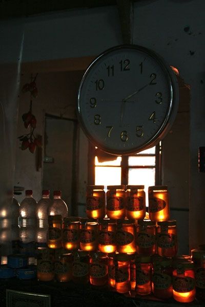 Spedire foto di Honey and water display in a highway café in western Egypt di Egitto come cartolina postale elettronica