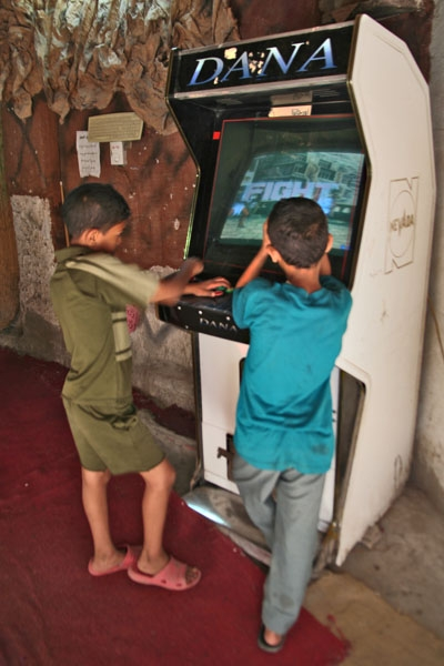 Spedire foto di Boys playing in an arcade in Cairo di Egitto come cartolina postale elettronica