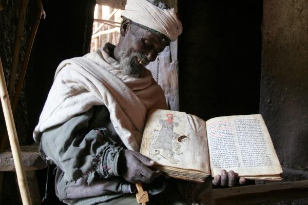 Spedire foto di Priest in Lalibela with a book more than a thousand years old di Etiopia come cartolina postale elettronica