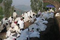 Foto van People dressed in white for a religious ceremony in Lalibela - Ethiopia