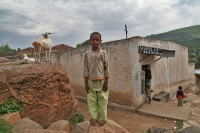 Foto van Boy, goat and a lovely slogan - Ethiopia