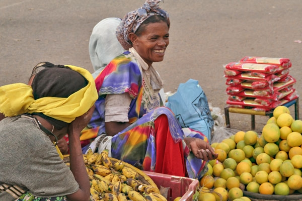 Spedire foto di Women selling fruit on the market in Harar di Etiopia come cartolina postale elettronica