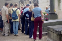 Foto de The graves of famous people attract lots of tourists to Pere Lachaise cemetery - France