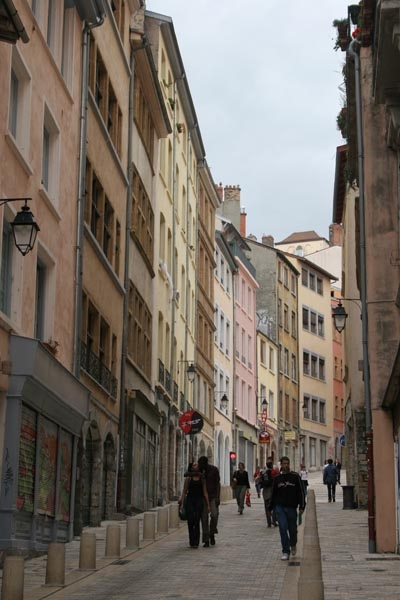 Send picture of A Lyon street from France as a free postcard