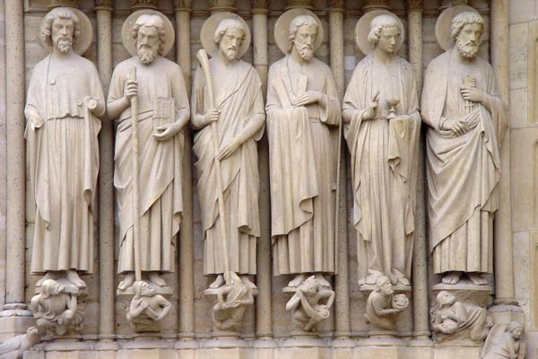 Enviar foto de Sculptures of apostles on the Notre Dame in Paris de Francia como tarjeta postal eletrónica