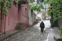 Photo de Woman walking the streets of Tblisi - Georgia