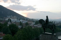 Foto van Evening view over Tblisi behind the statue of King Vakhtang Gorgasal - Georgia
