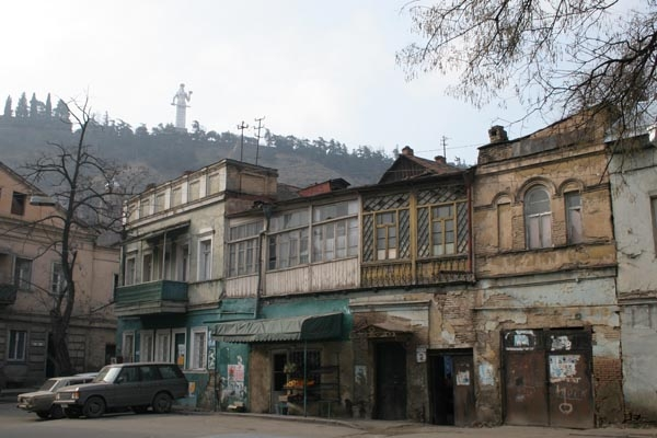 Stuur foto van Houses, and the Kartlis Deda statue, in Tblisi van Georgië als een gratis kaart