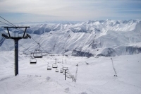 Foto de Ski lifts and a view over the Kaukasus mountains - Georgia
