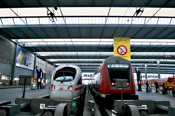 Send picture of Trains at Munich Hauptbahnhof from Germany as a free postcard