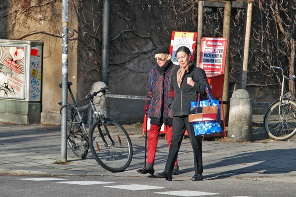 Spedire foto di Women walking in sunny Munich di Germania come cartolina postale elettronica