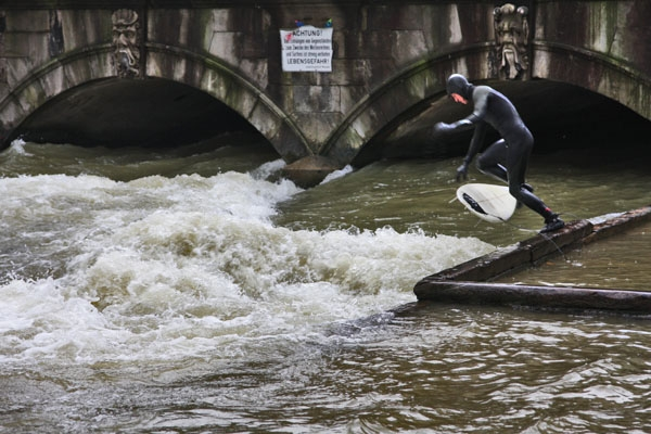 Despite the law forbidding it, surfers often attempt to ride the wave at the mouth of the stream in the Englischer Garten
